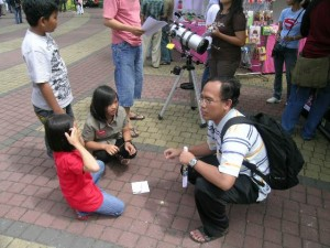 Suherly explain how to use sun-dial to the children
