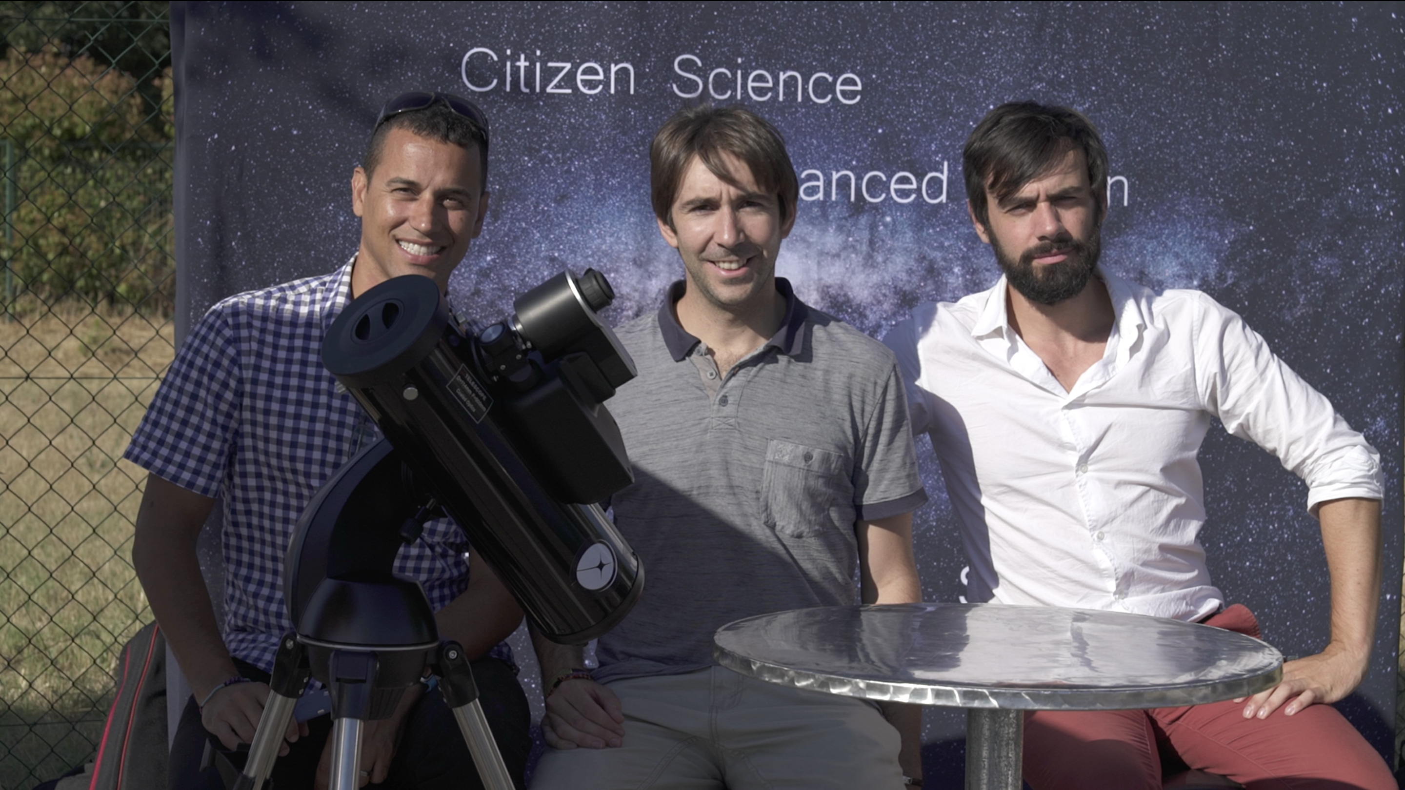 From left to right: Franck Marchis (CSO and SETI Institute astronomer), Arnaud (Chairman and CTO), Laurent (CEO) and the demo prototype shown at Aix-en-Provence, France in June 2017. De izquierda a derecha: Franck Marchis (CSO y astrónomo de SETI Institute), Arnaud (Presidente y| CTO), Laurent (CEO) y el prototipo de demostración mostrado en Aix-en-Provence, Francia, en junio 2017